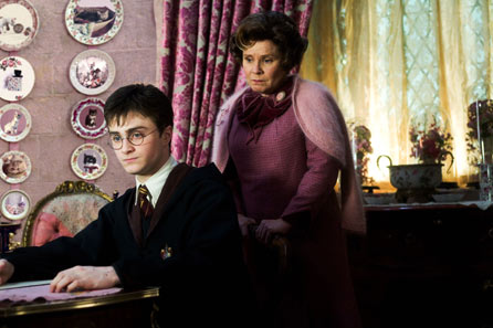 Dolores Umbridge torturant a Harry Potter